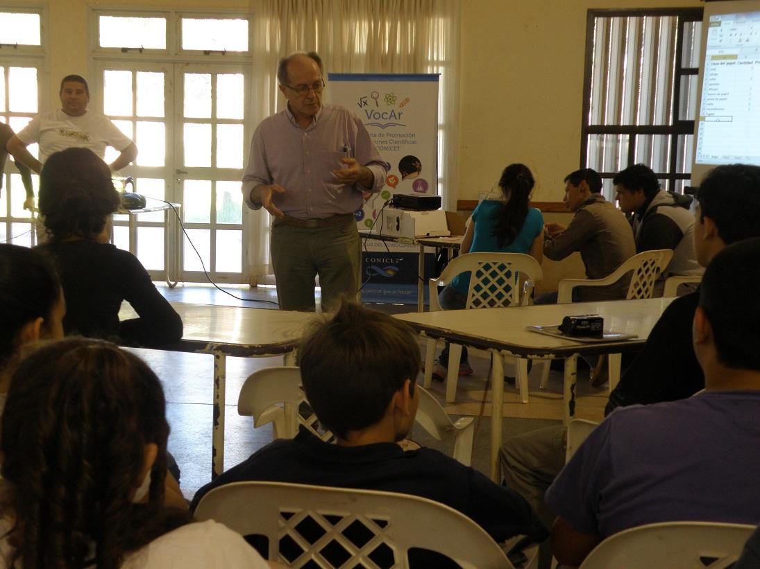 El Dr. Neiff en su exposición con los alumnos