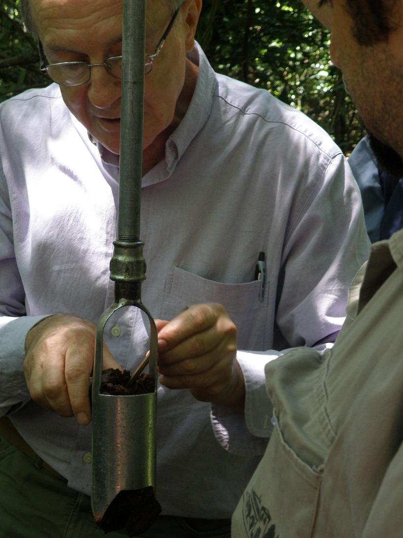 El Dr. Neiff enseña cómo tomar muestras de suelos