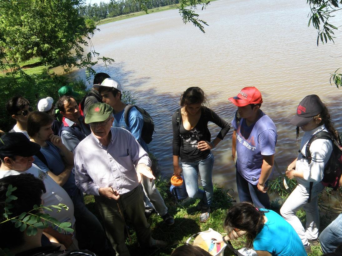 En la Laguna Don Víctor, tomando muestras del agua